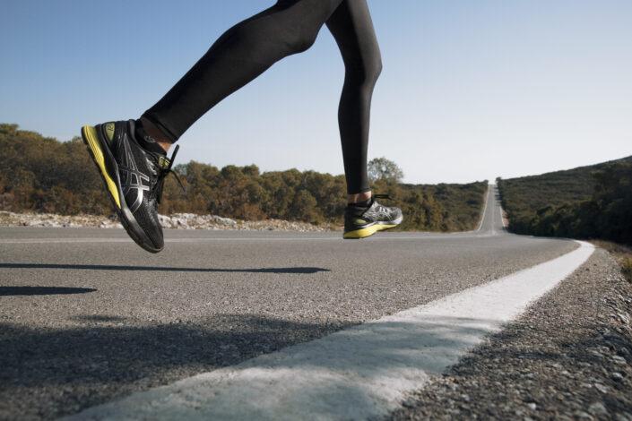 pé na estrada exercitando corrida de rua